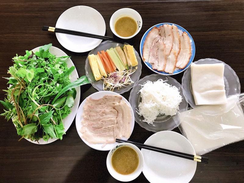 Menu chủ đạo của Cò quán là về món bánh tráng thịt heo, mì Quảng