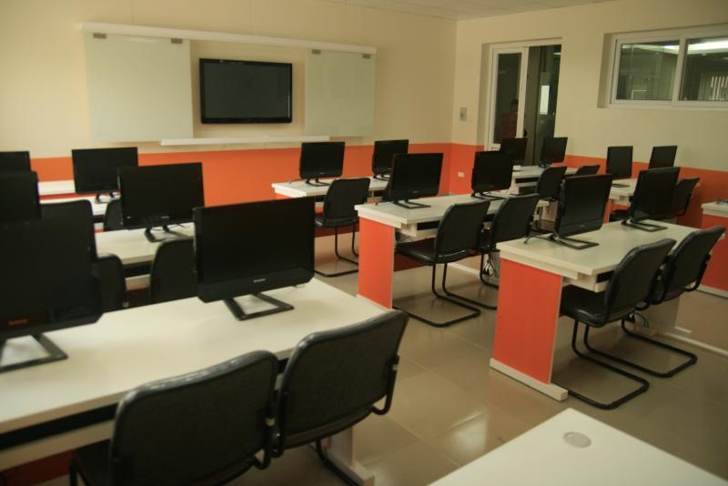 Phòng thực hành tin học hơn 300 máy vi tính.