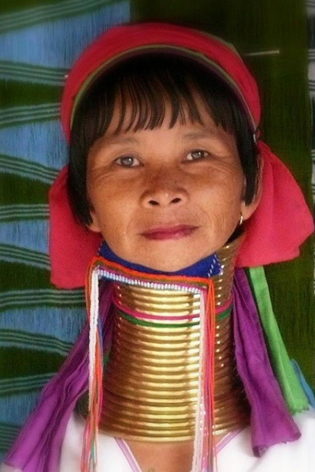 Chuỗi vòng cổ xếp chồng càng cao càng chứng tỏ sự giàu có của gia đình người phụ nữ Kayan