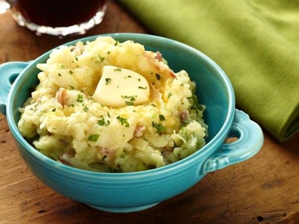 Nguyên liệu chính của món bánh Colcanon là khoai tây nghiền, rau cải xoăn hoặc cải bắp, muối, hạt tiêu