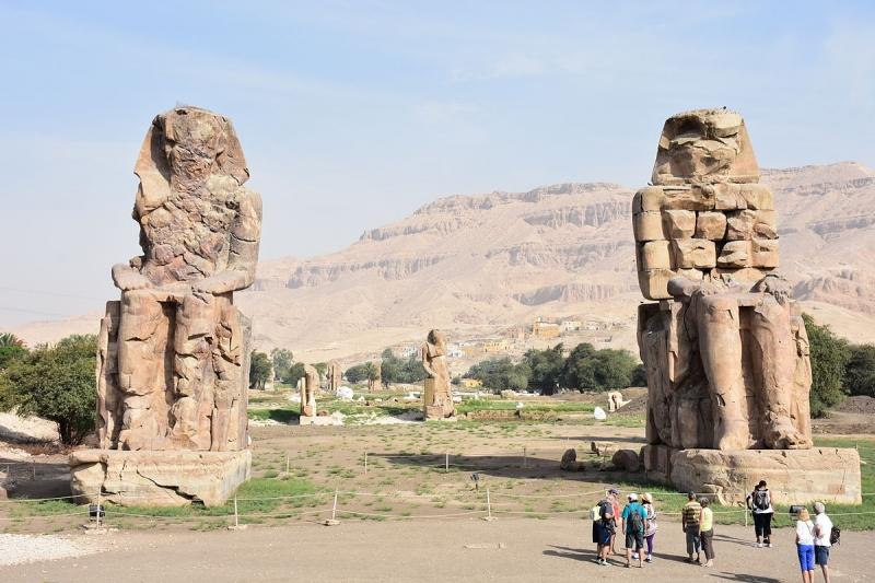 Cặp tượng đá khổng lồ ở Luxor.