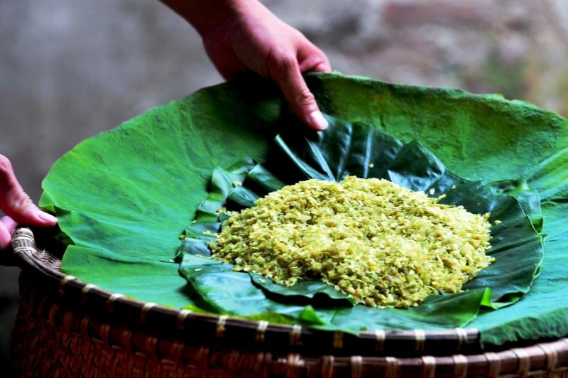 Nhắc đến đặc sản Hà Nội, không ai là không nhớ đến cốm làng vòng, một thứ quà ăn vặt dân dã, thanh tao nhưng cũng rất nổi tiếng của đất Thăng Long – Hà Nội ngàn năm văn hiến.