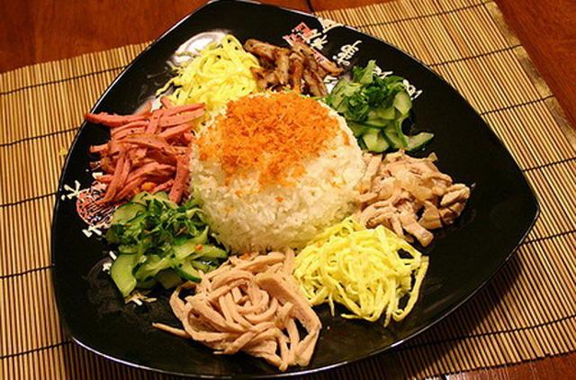 Món ăn có đầy đủ các nguyên liệu như trứng chiên, nem chua, chả giò, thịt nướng, dưa leo, tôm tươi rang.