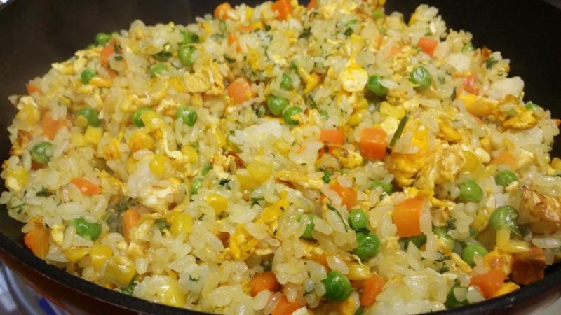 Cơm chiên trứng muối thường là cơm chiên dương châu có cho thêm trứng muối