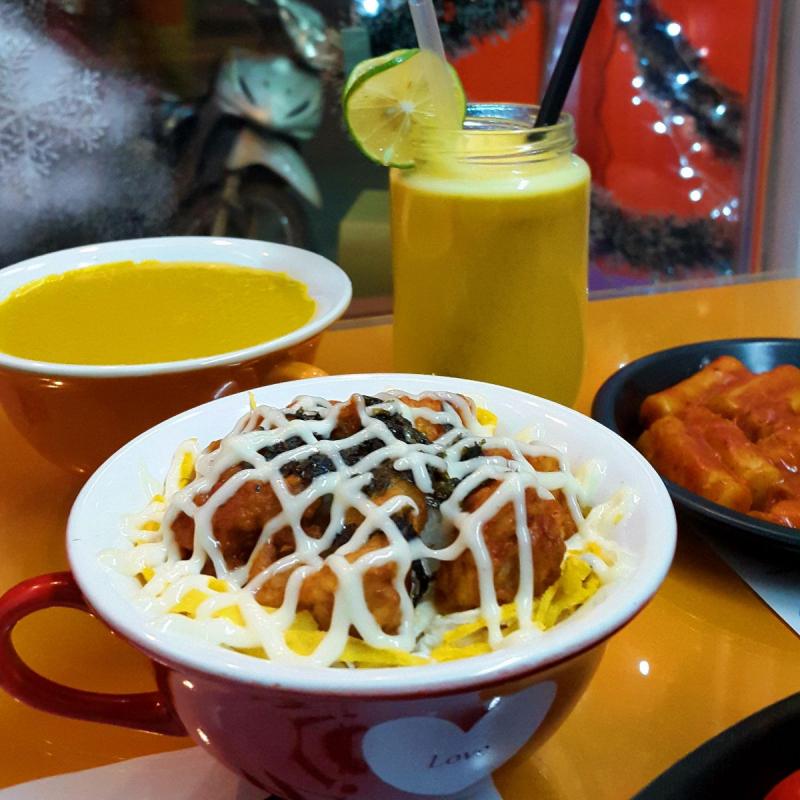 Các phần cơm Kup Bap đều được đựng trong những chiếc cốc xinh xắn, trông thì bé nhưng ăn ăn xong là no căng bụng.