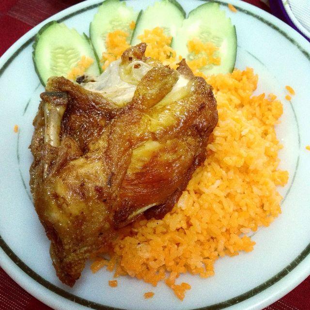 Quán cơm gà Bé Đen nổi tiếng là có hương vị quê hương của người Hoa.