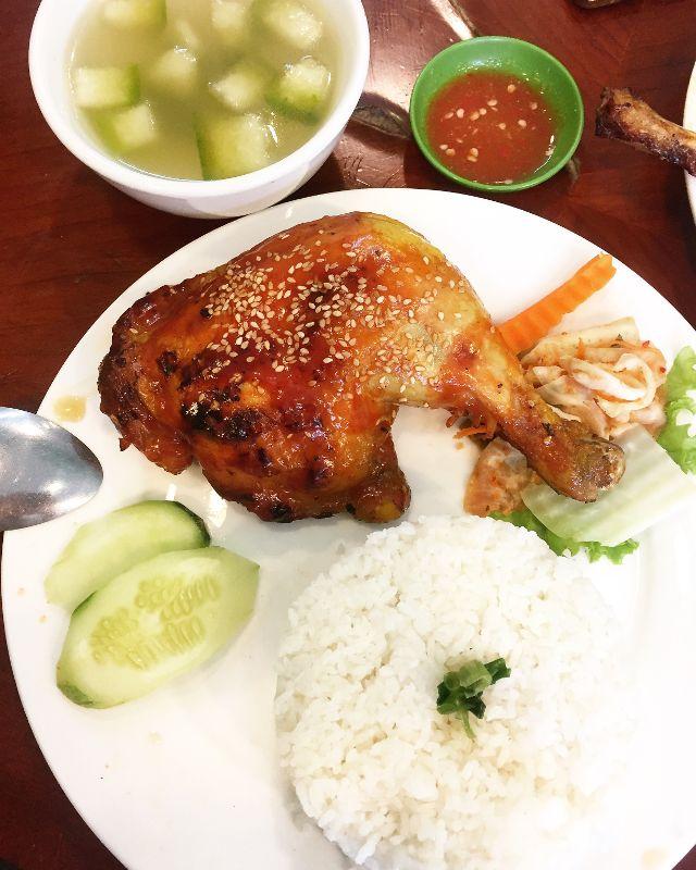 Quán sử dụng cơm trắng thay cho cơm nấu với nước gà