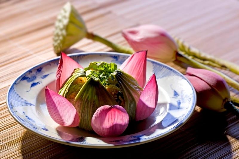 Cơm nấu lá sen là một trong những món ăn tạo nên thương hiệu ẩm thực xứ Huế.