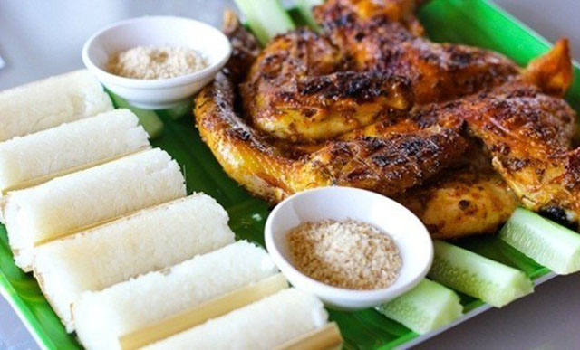 Cơm lam Tây Nguyên thường được ăn với thịt gà, thịt heo nướng