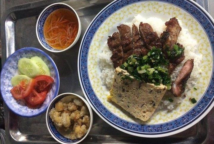 Cơm tấm bà Mười là một quán ăn rất thu hút khách vào ban đêm bởi hương vị đặc trưng của cơm tấm tại quán này.