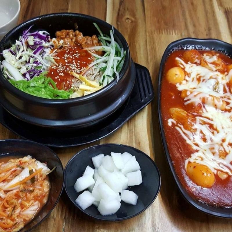 Cơm trộn, bánh gạo cay tại Cạp-Seafood