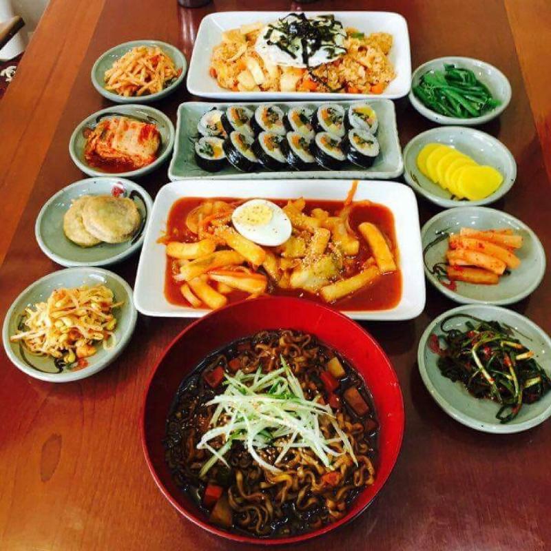Bàn ăn của một vị khách tại Kim Bap Cheon Guk