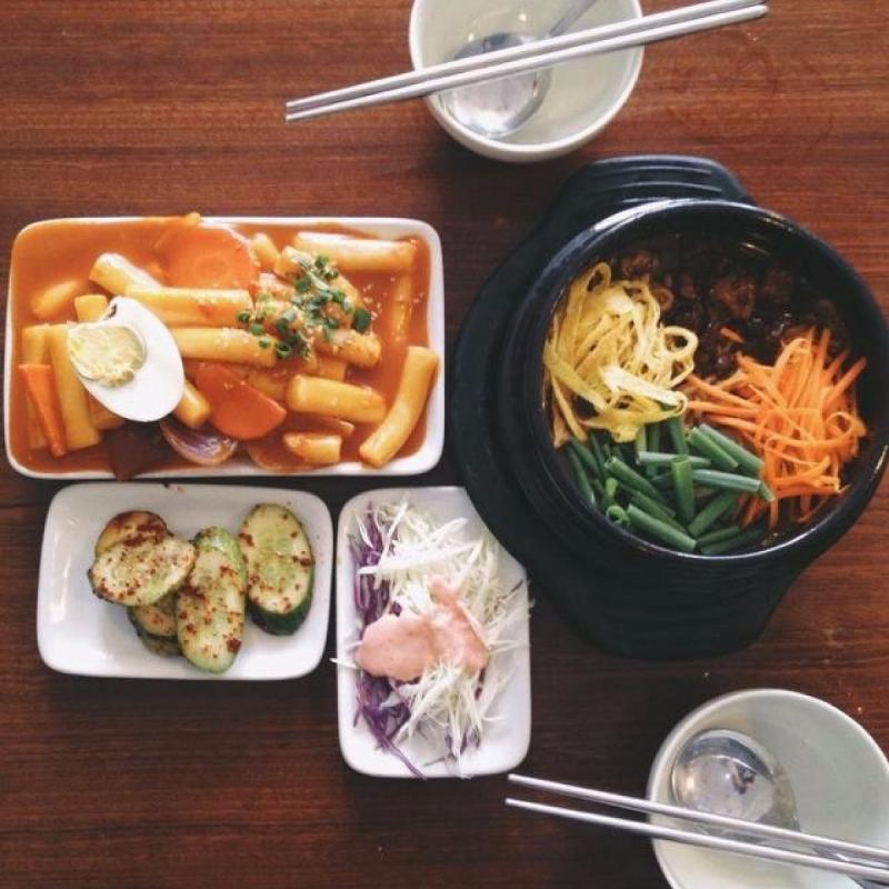 Cơm trộn Hàn Quốc, bánh gạo cay,...tại Little Korea