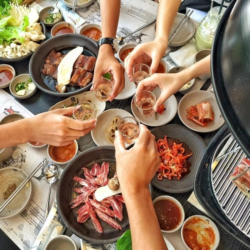 Một bàn ăn của khách tại BBQ Yukssam