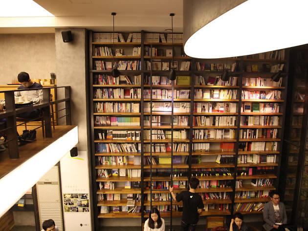 Kệ sách với hơn 2.000 đầu sách được chọn lọc kỹ lưỡng với đủ các thể loại