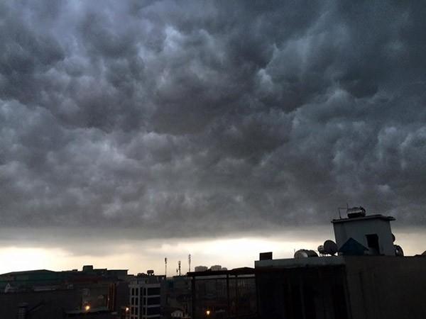 Những tia nắng yếu ớt cuối cùng cũng biến mất sau những đám mây đen từ đâu kéo đến.
