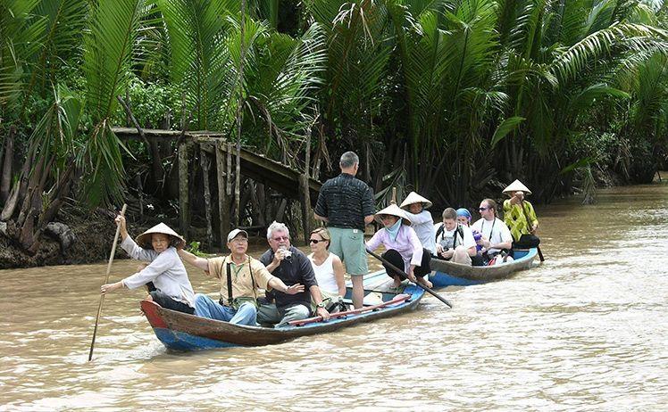 Du khách sẽ được ngồi trên xuồng đi qua các kênh rạch
