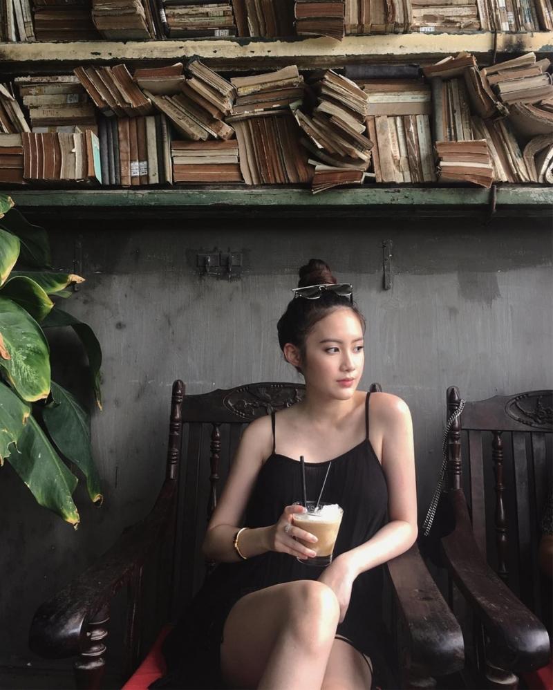 Tủ sách cổ điển và cũ kỹ như một kho báu trong quán cà phê yên bình