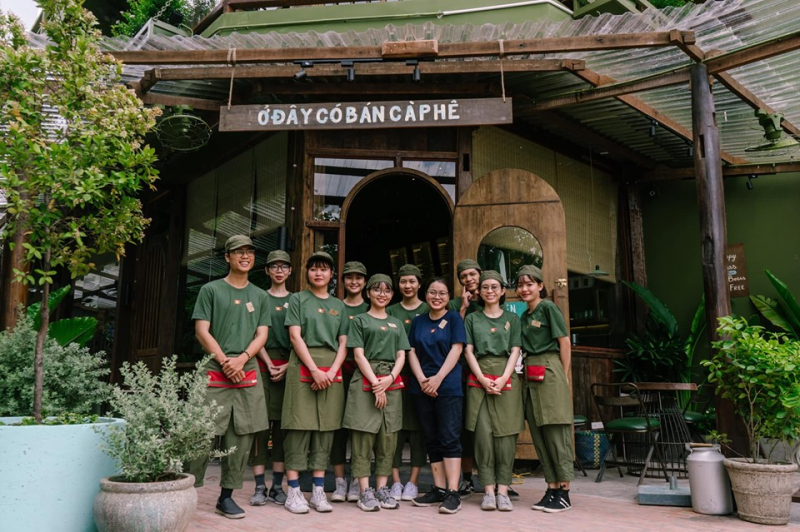 Đội ngũ nhân viên Cộng cà phê với trang phục màu xanh đặc trưng
