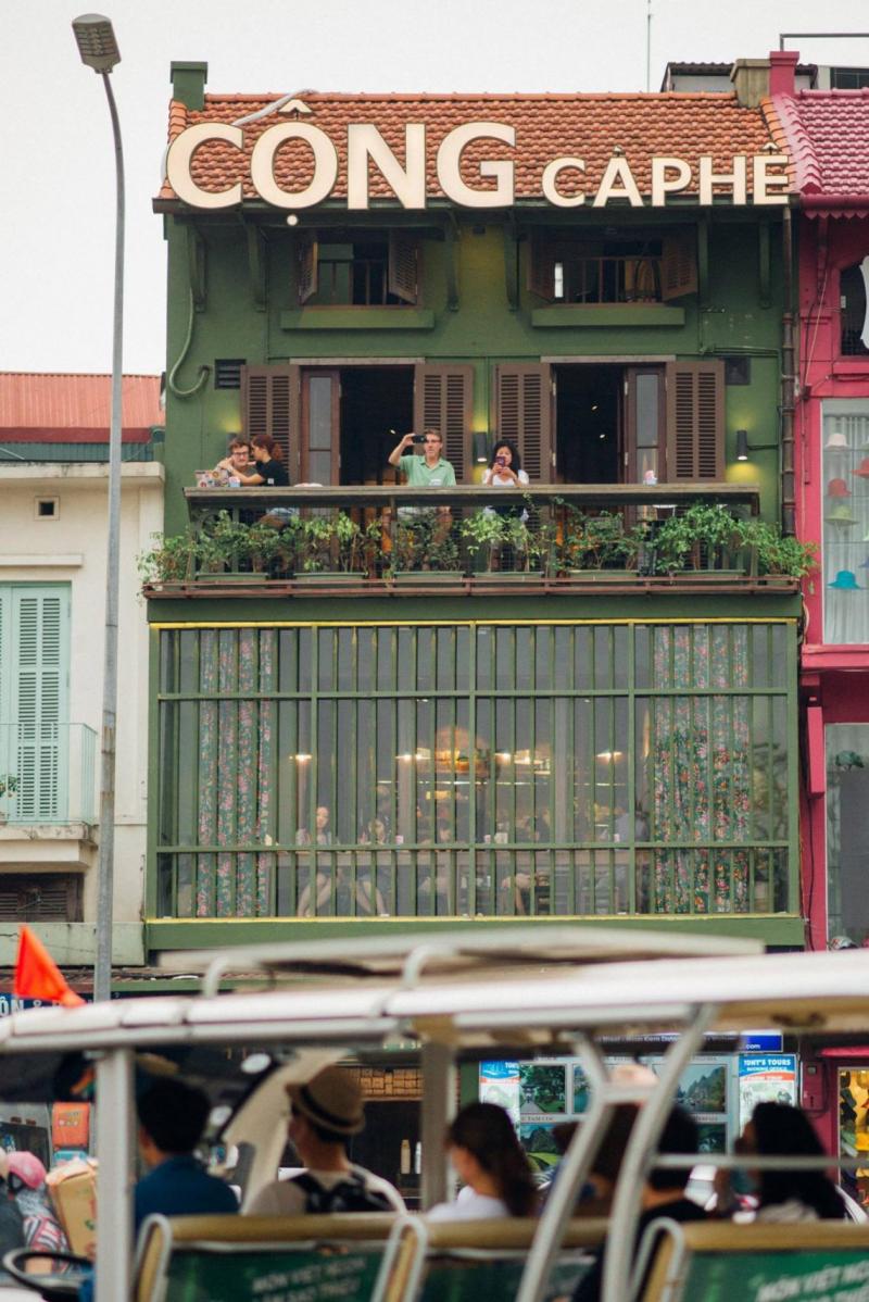 Không gian nhìn từ bên ngoài của Cộng cà phê 116 Cầu Gỗ, Hoàn Kiếm, Hà Nội