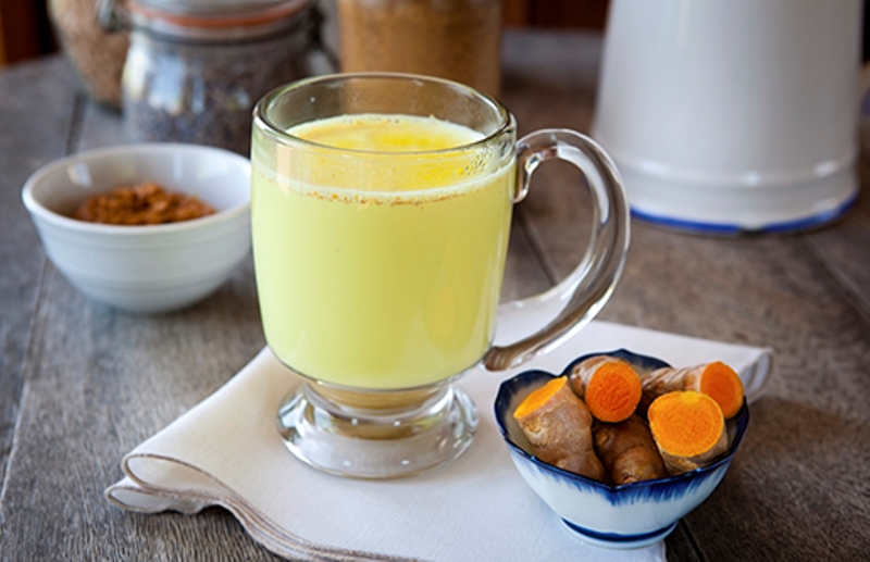 Một trong những cách uống tinh bột nghệ phổ biến nhất là hòa tan tinh bột nghệ nguyên chất vào nước ấm và uống trước bữa ăn từ 15–30 phút vào buổi sáng và tối,