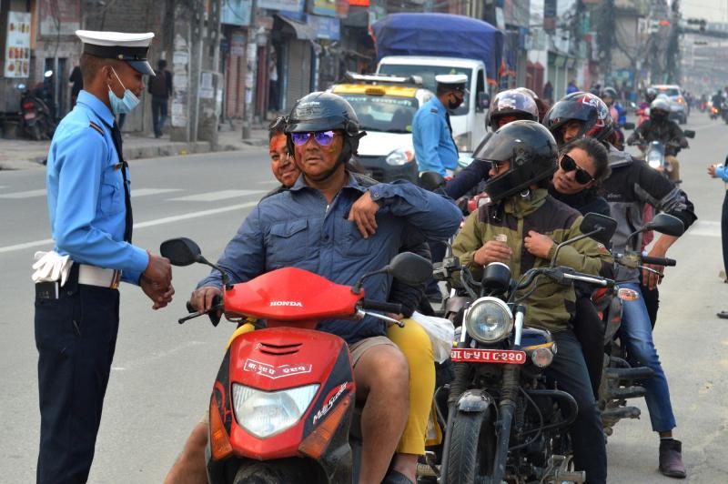 Cảnh sát gặp khó khăn trong việc kiểm tra số lượng lớn người điều khiển phương tiện