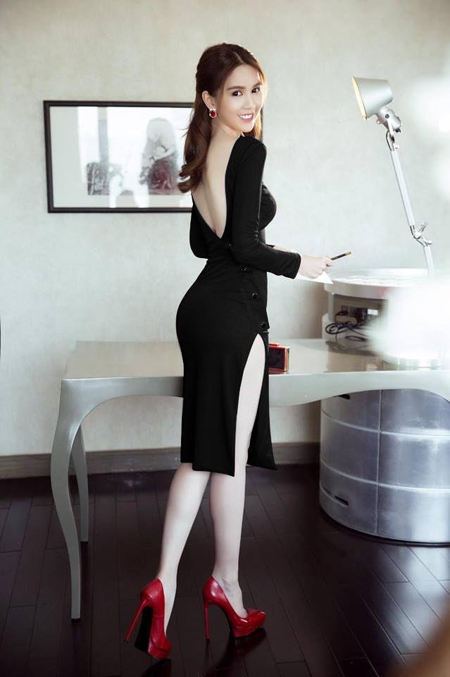 Học tập sự kết hợp sang chảnh của chị Trinh nhé: Váy lưng trần + một đôi Pumps gót nhọn