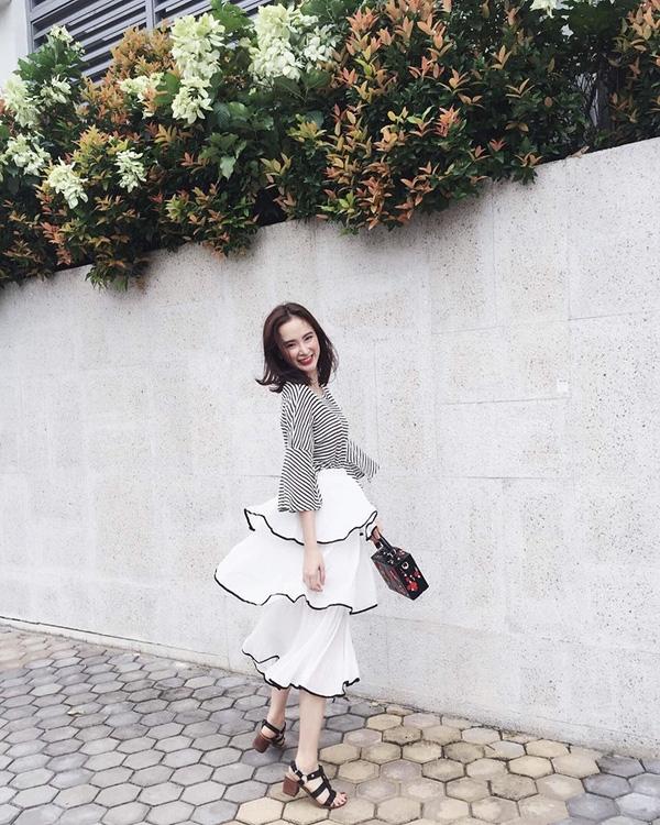 Với Chiếc váy xếp tầng nhẹ nhàng kết hợp với Sandals gót vuông giúp Angela Phương Trinh tô điểm nét nữ tính cho mình khi xuống phố.