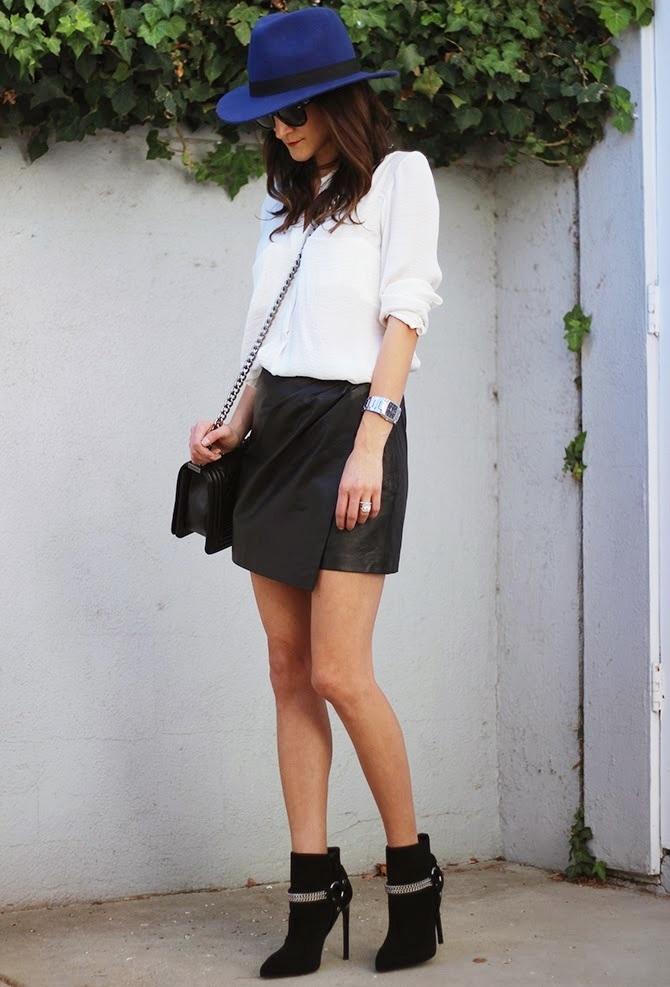 """Chiếc váy quấn màu đen """"thần thánh"""" kết hợp với boots luôn là lựa chọn số 1 của các cô gái vì ưu điểm dễ kết hợp đồ và cải thiện đáng kể nhược điểm vòng 3"""