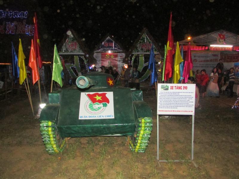 Cổng trại hình xe tăng