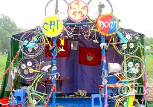 Cổng trại lạ mắt từ xe đạp và đĩa CD