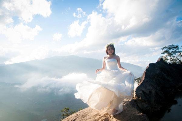 Cố dâu xinh xắn bên bộ váy cưới trắng tung bay tại cổng trời