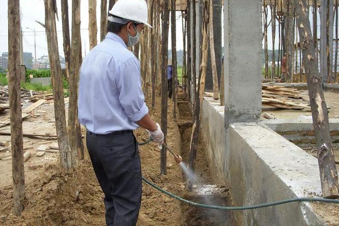 Phun thuốc diệt mối cho một công trình xây dựng