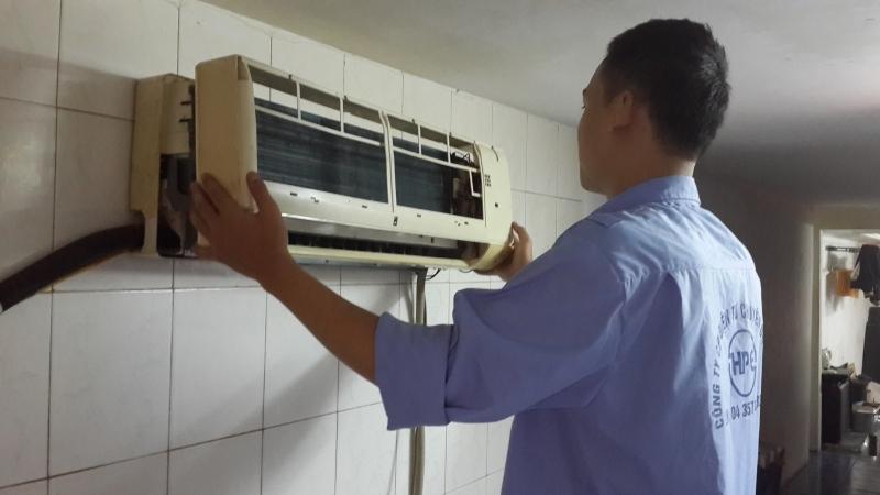 Một nhân viên của công ty đang tiến hành bảo dưỡng cho máy lạnh.