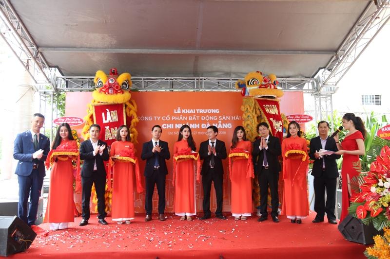 Với đội ngũ nhân sự trẻ, năng động, sáng tạo, chuyên nghiệp, Đất Việt Event sẽ mang đến những dấu ấn riêng trong sự kiện khai trương của bạn với chi phí hợp lý nhất.