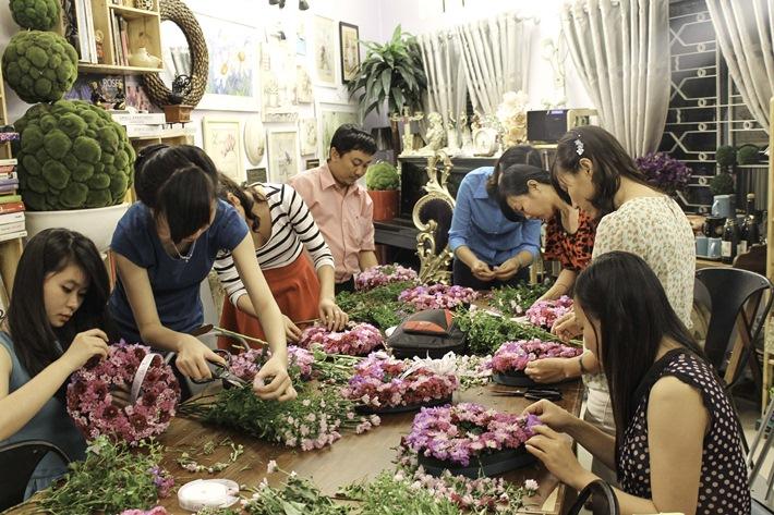 thực hành đến khi thành thục các kỹ thuật cắm hoa - chiếm tới 90% tổng thời lượng chương trình học.