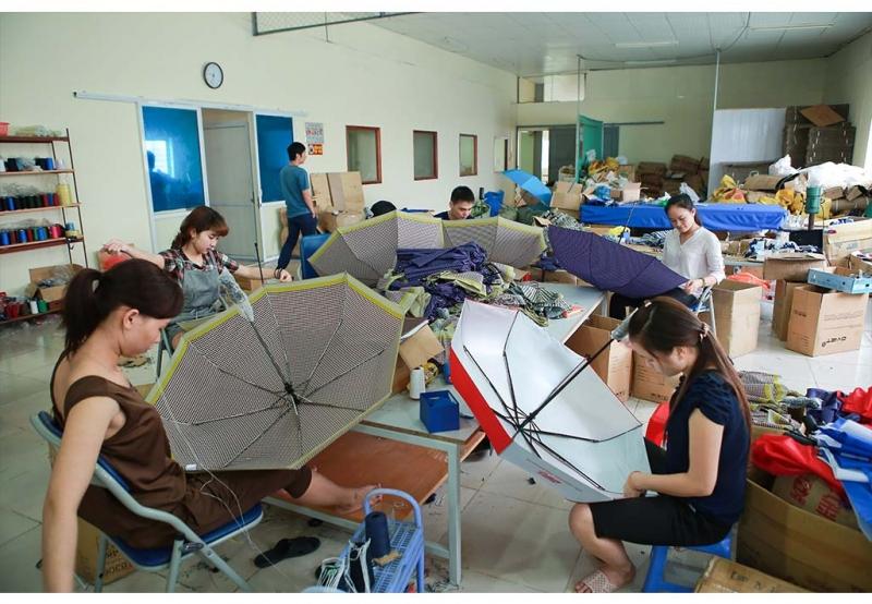Công đoạn khâu thủ công của công ty Ô Việt