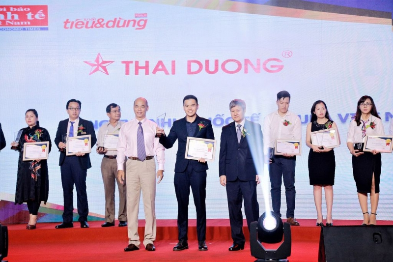 Ông Vũ Hoàng Tú – Đại diện CTCP Sao Thái Dương nhận cup Top 5 sản phẩm Tin & Dùng 2017
