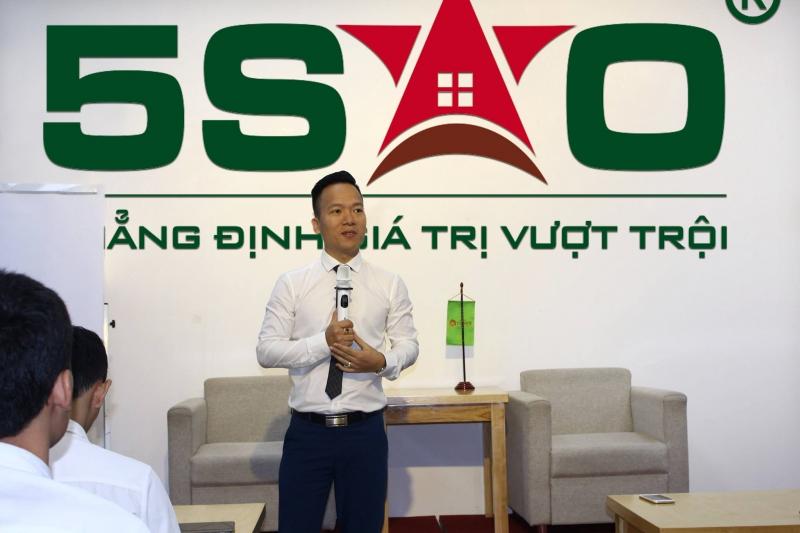 Anh Nguyễn Tuấn - Giám đốc chiến lược & kinh doanh của Địa ốc 5 sao trong buổi đào tạo chuyên sâu về kiến thức kinh doanh sản phẩm bất động sản nghỉ dưỡng của Vingroup