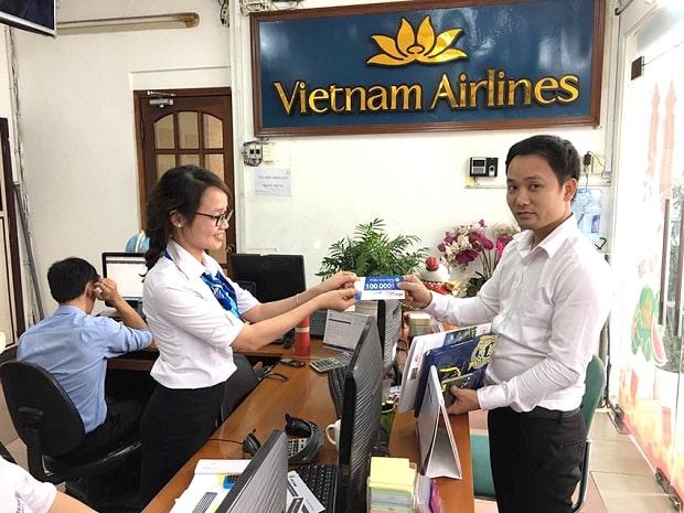 Khách hàng nhận voucher tại trụ sở chính của Vietnam Booking.