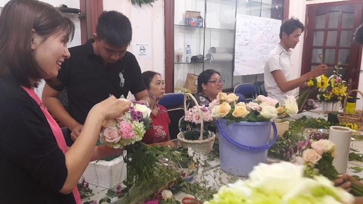 Kết thúc khóa học các bạn sẽ gần như trở thành những người chuyên nghiệp về cắm hoa. Đủ trình độ để làm việc tại shop hoa, hoặc mở những cửa hàng, shop hoa phục vụ khách hàng.