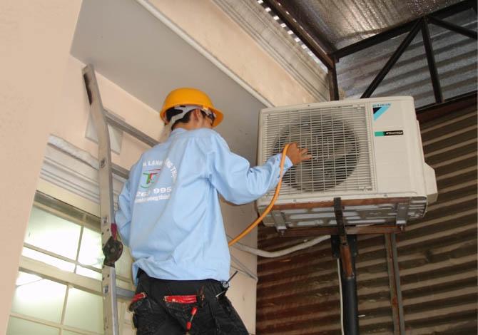 Dịch vụ vệ sinh máy lạnh tận nhà của công ty điện lạnh Á Châu