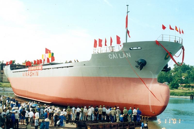 Công ty TNHH MTV đóng tàu Hạ Long hạ thủy tàu Cái Lân năm 2001