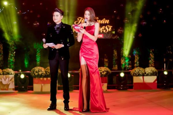 Đêm nhạc hội xuân nghệ sĩ, với hai mc dẫn chương trình chuyên nghiệp đến từ Á Châu.