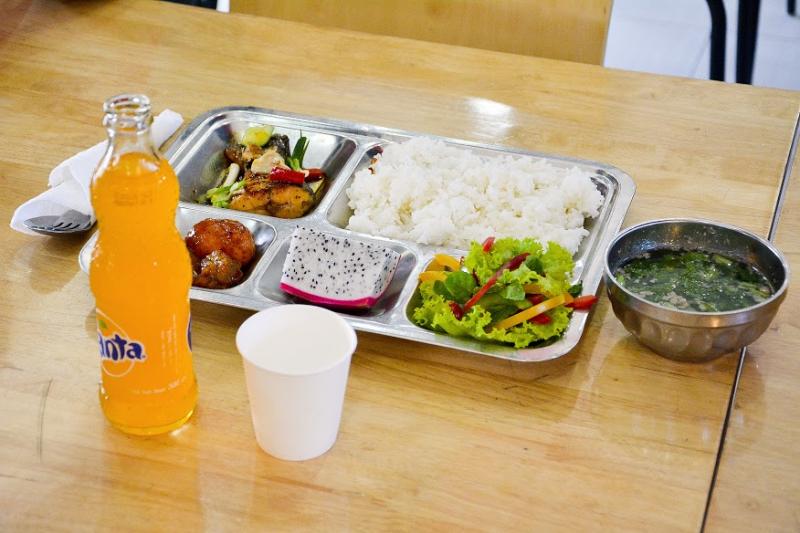 Mô hình phục vụ suất ăn của Bếp Lửa Việt tại các trường học cung cấp nhiều giá trị hơn là một bữa ăn đơn thuần