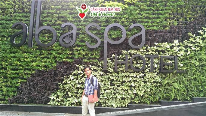Giám đốc công ty TNHH cây xanh cảnh quan Hoa Sen Việt trước công trình thi công vườn tường cây xanh mới thực hiện