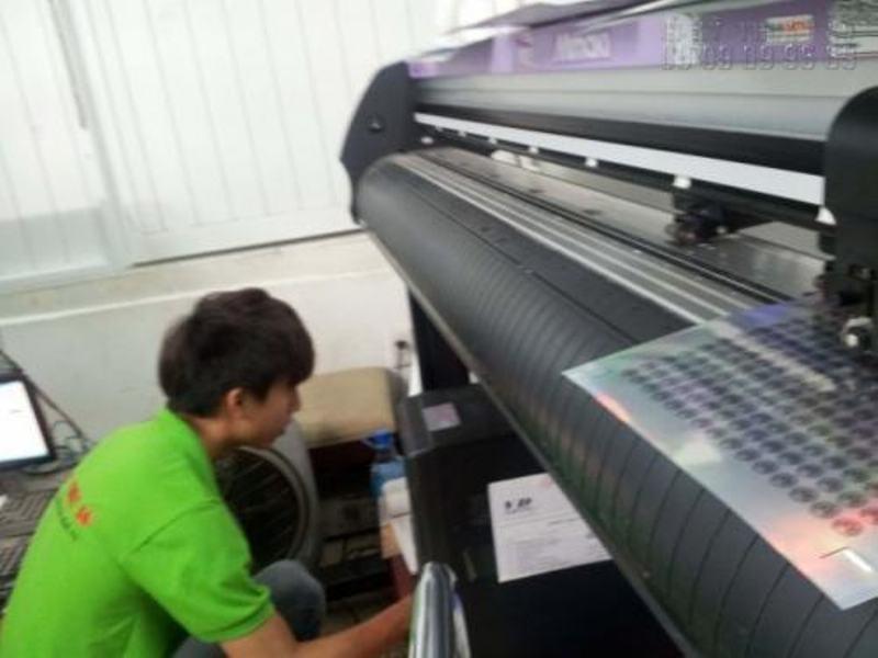 Tem 7 màu đang được in ấn trên máy