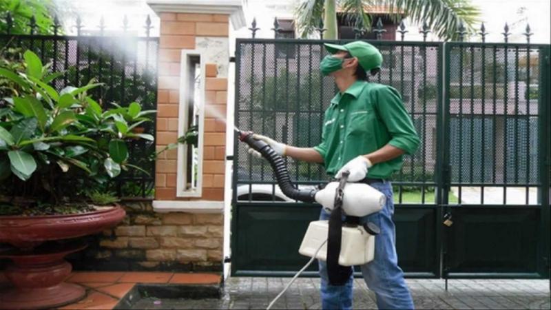Phun thuốc diệt côn trùng tại nhà dân
