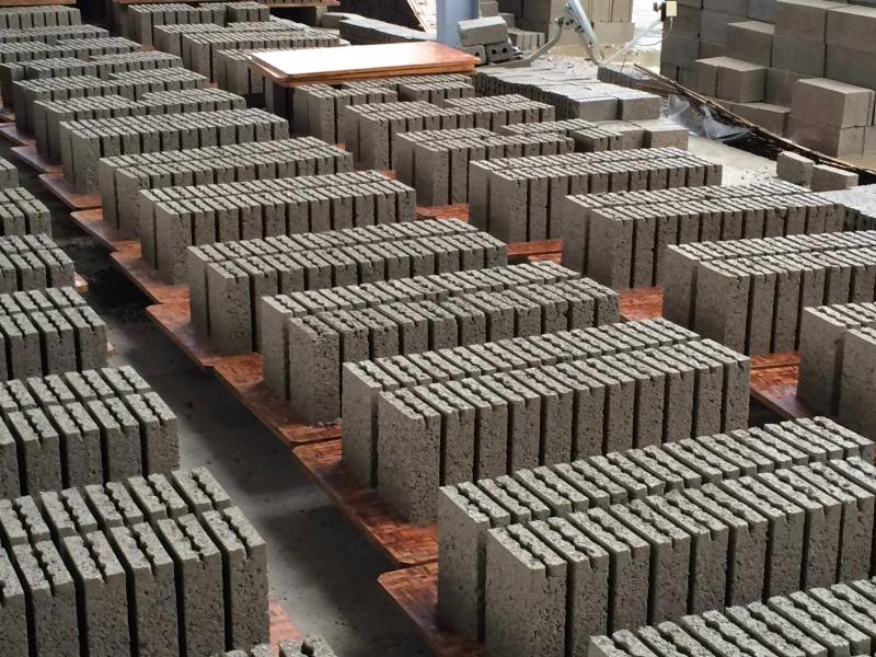 Các sản phẩm nổi bậc có gạch, ngói, ximang, bê tông,...