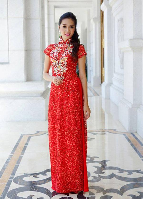 Áo dài của Minh Thư luôn đi theo các mốt thời thượng nhất cho cô dâu.